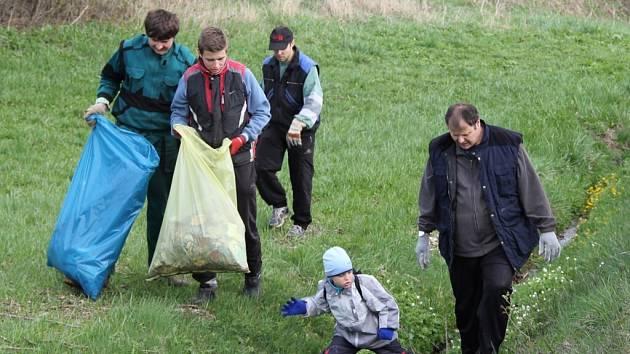 Do každoročního jarního sbírání odpadků podél komunikací se zapojuje čím dál více dobrovolníků.