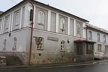 Číslo popisné jedna patřilo nejprve rychtě, posléze Hostinci u Buršíků a nakonec od roku 1956 kulturnímu domu, který je dodnes místem, kde se odehrávají divadelní představení v Křídlech.