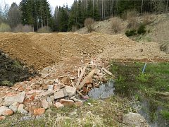 Podle inspektorů firma navezla 1200 tun stavebních odpadů, kamení a zeminy na pozemky poblíž Stržského potoka v CHKO Žďárské vrchy, ačkoliv tyto pozemky nebyly k nakládání s odpady určené.