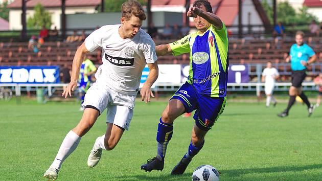 Fotbalistům Žďáru (v bílém obránce Tomáš Trojánek) úvod nového ročníku divize příliš nevyšel.