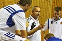 Trenér Petr Šilhart se snažil tým povzbudit, ale na výhru v Olomouci to nestačilo.