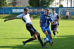 Zatímco fotbalisté juniorky Nového Města na Moravě (v bílých dresech) opanovali podzimní část 1. A třídy, Moravec v ní ani jednou nevyhrál.