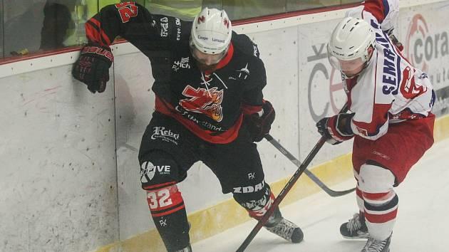 Hokejisté Žďáru (v černém) v sobotním utkání 34. kola II. ligy – skupiny Střed zdolali Moravské Budějovice vysokým poměrem 7:1.