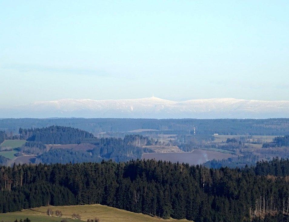 Pohled z Metodky, kopce nad Koníkovem, na Praděd.
