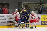 Hokejisté Šumperku (v tmavém), lídr tabulky II. ligy, naposledy vyhráli ve Žďáře (v bílých dresech) 2:1.