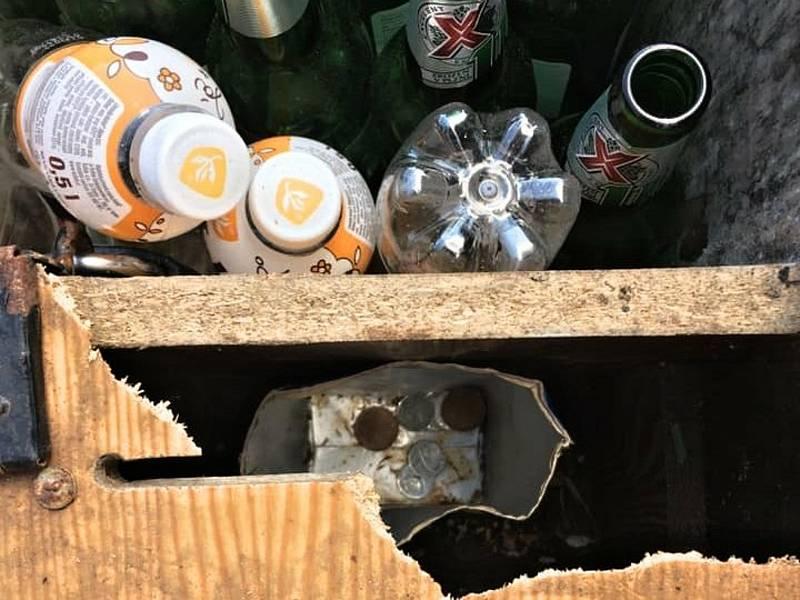Z rozbité pokladničky vybral vandal mince, které tam návštěvníci dávali za vypité nápoje.