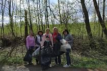 Klienti a zaměstnanci charity naplnili pěkných pár pytlů sesbíranými odpadky.