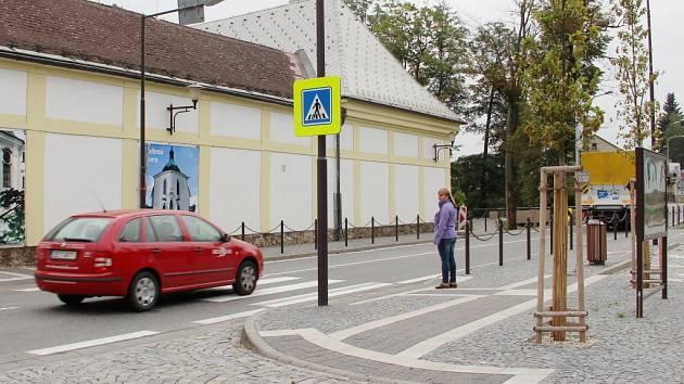 """Podle Žďárských je """"zebra"""" v Santiniho ulici nebezpečná, zvlášť v ranní špičce pro školáky."""