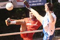Smečující Kamil Průcha (vlevo) přispěl k důležitému vítězství nohejbalistů Žďáru nad Sázavou nad Modřicemi B 6:2.