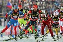 Start prvního závodu na Mistrovství světa v biatlonu v NMNM. S číslem 3 česká reprezentantka Veronika Vítková.