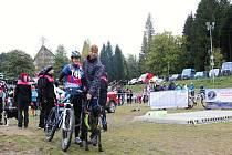 Jiří Suchý z Batelova, který později závodil v canicrossu, pomáhal závodnici Iloně Erlebachové z Vrchlabí před startem v bikejöringu držet jejího osmiletého Oricka.