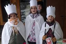 """V každé domácnosti koledníci zazpívali """"My Tři králové jdeme k vám""""."""