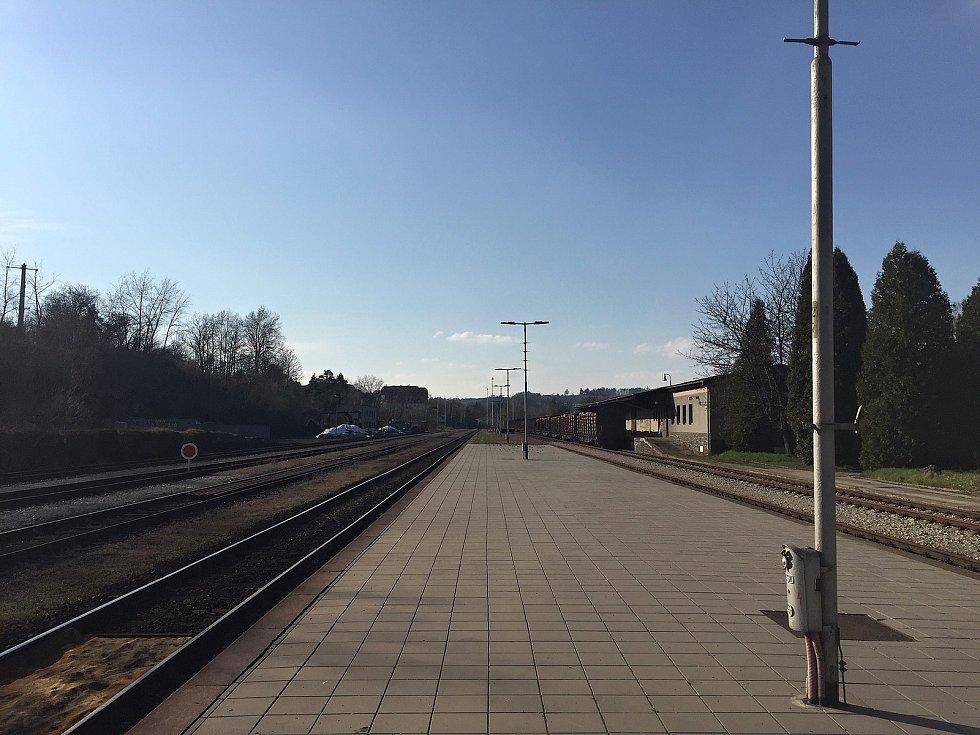 Vlakové nádraží hýří všemi barvami světa.