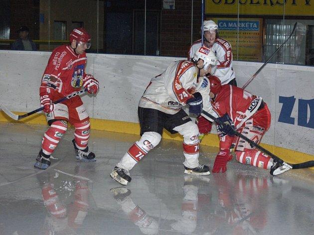 Urputný boj přinesl přípravný zápas Žďáru s Pelhřimovem. V tomto případě se s dvojicí domácích borců pustil do křížku obránce Martin Kloucek, vlevo přihlíží Pavel Pelán.