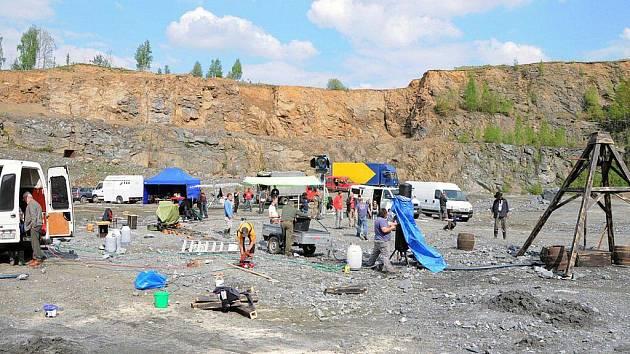 Klapka a akce, rozléhalo se v neděli kamenolomem Mirošov.