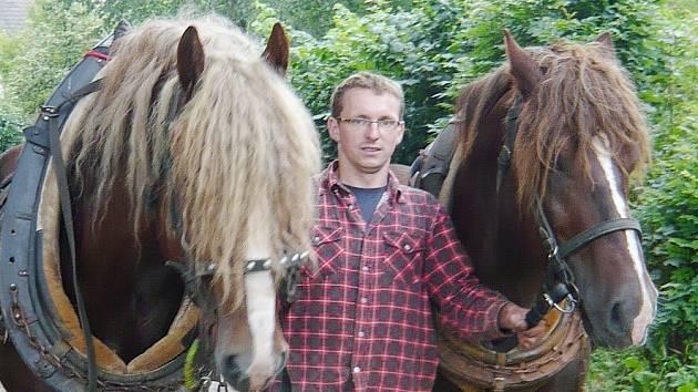 Jan Mičín z Janoviček na Bystřicku v lese používá koně, práce s nimi mu totiž připadá k přírodě šetrnější než činnost těžkých strojů.