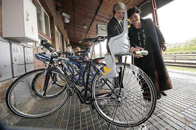 V Novém Městě si mohou lidé na nádraží vypůjčit kola.