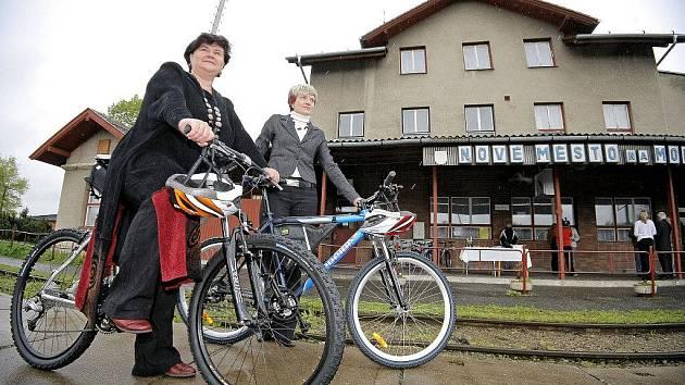 V Novém Městě si mohou lidé na nádraží vypůjčit kola. K dispozici České dráhy zatím nabízejí dva bicykly pánské, dva dámské a jeden tříčtvrteční. Navíc je možnost doplnit výbavu dětskou sedačkou, případně si zapůjčit ochrannou přilbu.