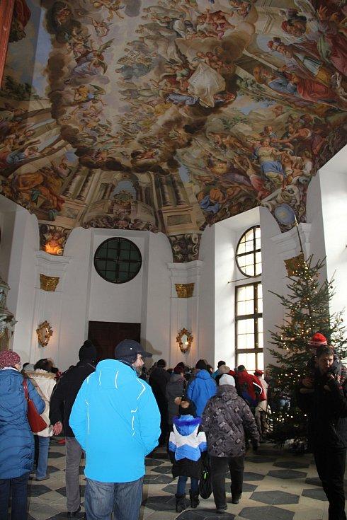 Ve vnitřních i vnějších prostorách zámku se usadilo přes sedm desítek stánkařů.