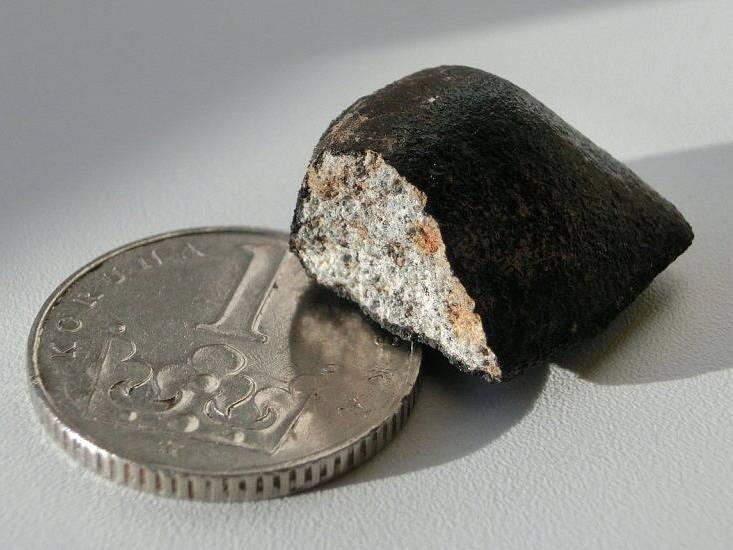 Fotografie prvního nalezeného meteoritu z pádu 9. prosince 2014. Nálezová hmotnost meteoritu byla 5,93 gramu. Jedná se o chondrit, typ L. Je to 23. meteorit s rodokmenem na světě.