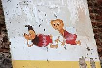 Ze zbouraného dětského oddělení zůstal jenom zbytek kresby včelích medvídků na stěně.