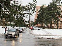 Pokud v lednu žďárská radnice získá dotaci na revitalizaci veřejné zeleně v sedmi lokalitách Žďáru, okamžitě se začne s kácením přestárlých a nemocných stromů. Obnova veřejné zeleně se dotkne sedmi míst, také sídliště v Neumannově ulici (na fotografii).