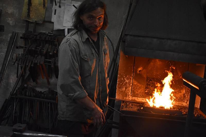 Karel Ondráček z Vysokého je umělecký kovář. Letos si domů přivezl cenu z Hefaistonu, mezinárodního setkání uměleckých kovářů na hradě Helfštýně.