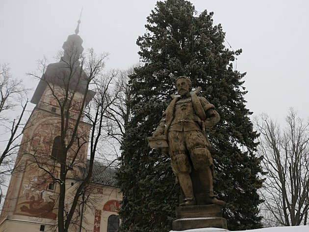 Vánoční strom je v čase adventním ozdobou Vratislavova náměstí.