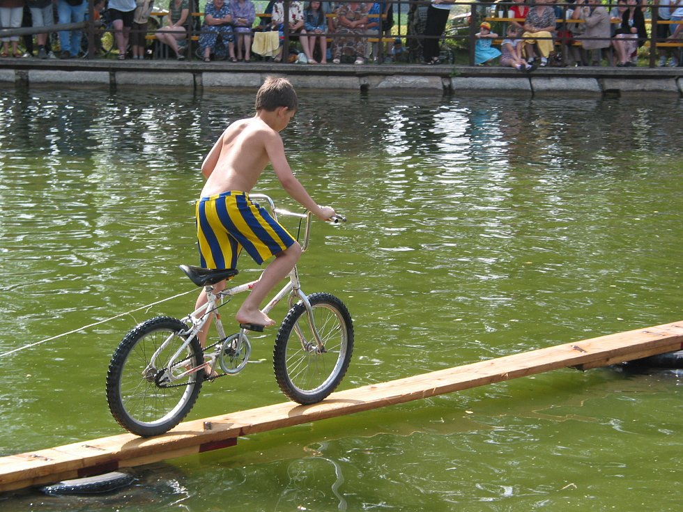 Blažkovské závody přes rybník se od roku 1947 konaly téměř nepřetržitě.  Foto: se svolením obce Blažkov