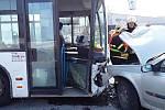 Při nehodě utrpěl zranění šofér osobního automobilu.