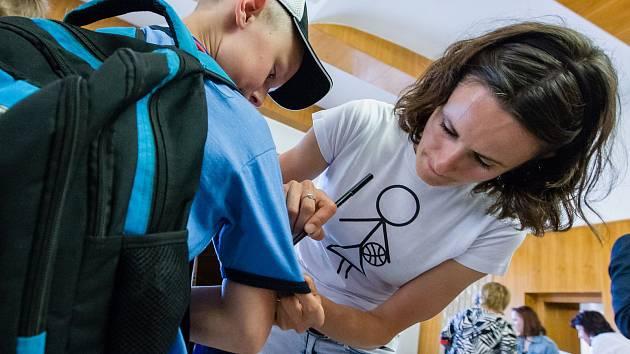 Martina Sáblíková dostala v pondělí 5. června dar od města Žďár nad Sázavou, jako poděkování za reprezentaci. Martina současně předala ocenění žďárským basketbalistům.