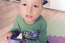 Čtyřletý Ríša Humlíček z Obyčtova (na snímku) v necelém roce onemocněl spinální svalovou atrofií. Obec pořádá veřejnou sbírku na jeho léčbu.