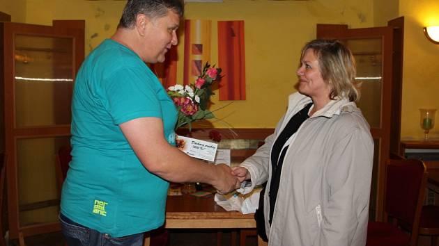 Luboš Trubačík předal poukaz výherkyni ve žďárské restauraci Pohoda. Jak sám říká, mohl tímto způsobem poděkovat svým stálým klientům.