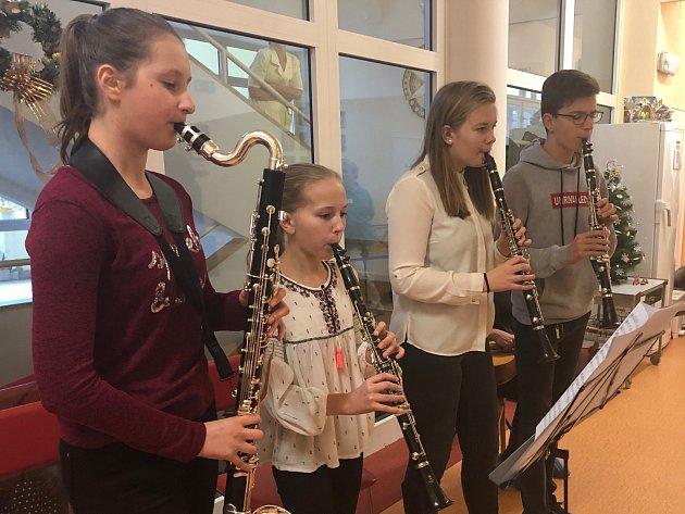 Nemocnicí se nesly vánoční melodie. Děti zahrály dlouhodobě nemocným pacientům