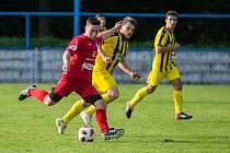 Se svým současným postavením v tabulce nemohou být spokojení fotbalisté Třebíče (v červeném), ale především posledního Bedřichova (v modro-žlutém).