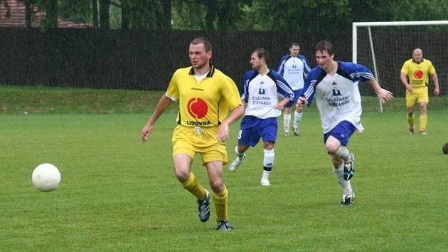 Fotbalisté Měřína (ve žlutém)...