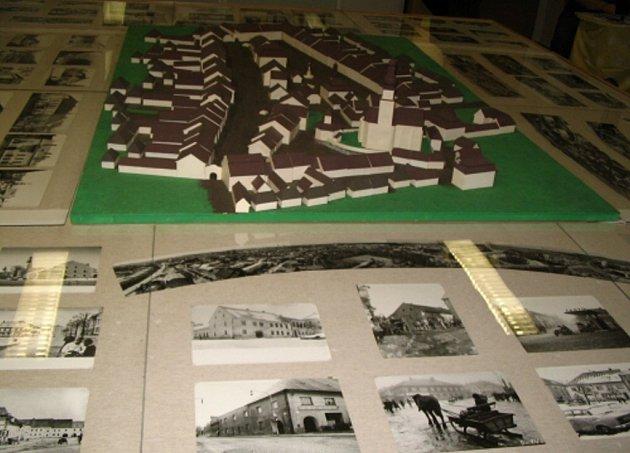 Řada snímků dokládá vývoj městské zástavby ve Žďáře.
