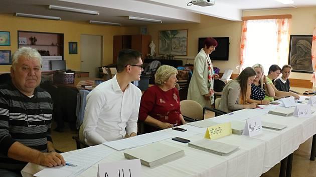 """Lidé z volebního okrsku číslo jedna chodili volit do """"Dépéesky""""."""