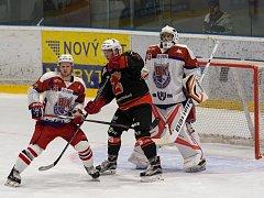 Druholigoví hokejisté Žďáru nad Sázavou (v černém) se ze sobotního derby v Havlíčkově Brodě (v bílém) vrátili s jednoznačnou porážkou 1:8.