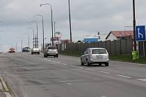 Dodavatel stavby projednává nyní dopravní omezení, zahájení prací plánuje od 8. července na ulici Brněnská (na snímku), a to za provozu po polovinách. Rekonstrukce povrchů silnic, i v ulici Dolní, by měla skončit nejpozději v říjnu.