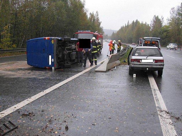 Ke srážce dvou osobních aut došlo na dálničním přivaděči mezi Jihlavou a Havlíčkovým Brodem. Jeden z vozů skončil po nehodě na boku.