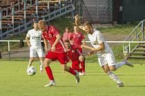 Poprvé za několikaleté působení v moravskoslezské divizi se fotbalistům Bystřice (v červeném) podařilo vybojovat na hřišti Tasovic všechny tři body.