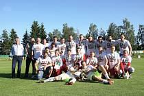 Vítězem letošního ročníku fotbalového krajského přeboru Vysočiny se zcela zaslouženě stali fotbalisté Bystřice nad Pernštejnem (na snímku oblečeni do postupových triček).