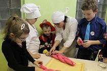 Školáci z Nížkova obešli v budově školy celkem osm stanovišť, kde se seznamovali s jednotlivými povoláními. K vidění byla práce pekaře, kuchařky, švadleny, vojáka, včelaře, truhláře, řezníka a paznehtáře.