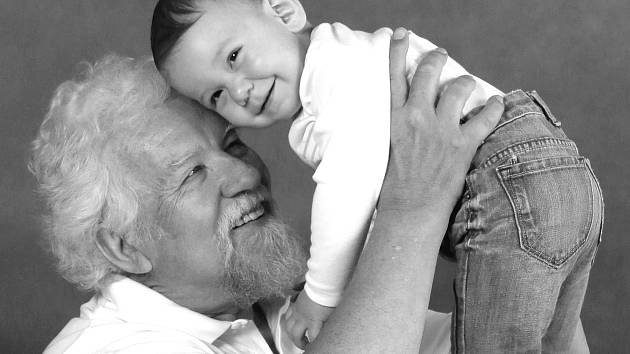 Fotky seniorů s dětmi měly úspěch, mezigenerační spolupráce má budoucnost