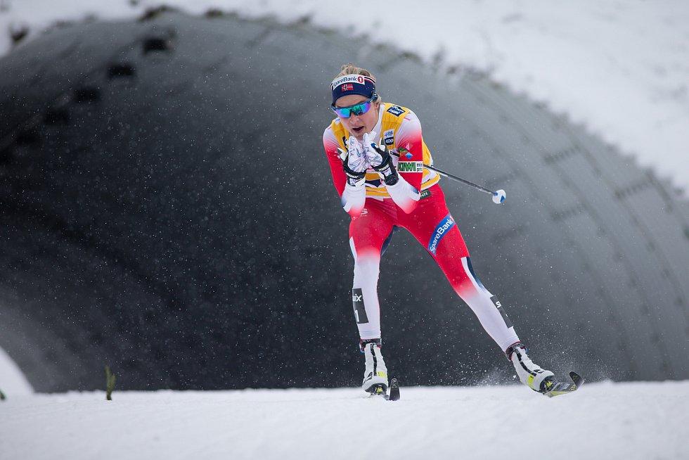 Ohlédnutí za Zlatou lyží 2020. Vítězka Therese Johaugová stíhacím závodě žen na 10 km klasicky v rámci Světového poháru v běhu na lyžích.