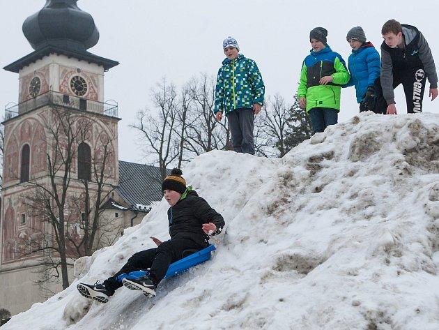 Děti si v Novém Městě užívají zimní radovánky přímo na náměstí.