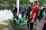 Čtyřiatřicet účastníků se snažilo na kole, či na trakaři přejet úzkou dřevěnou lávku přes rybník Jordán v Račíně na Žďársku. Ukázalo se, že to nebyl jednoduchý úkol, protože o pády do studené vody nebyla nouze.