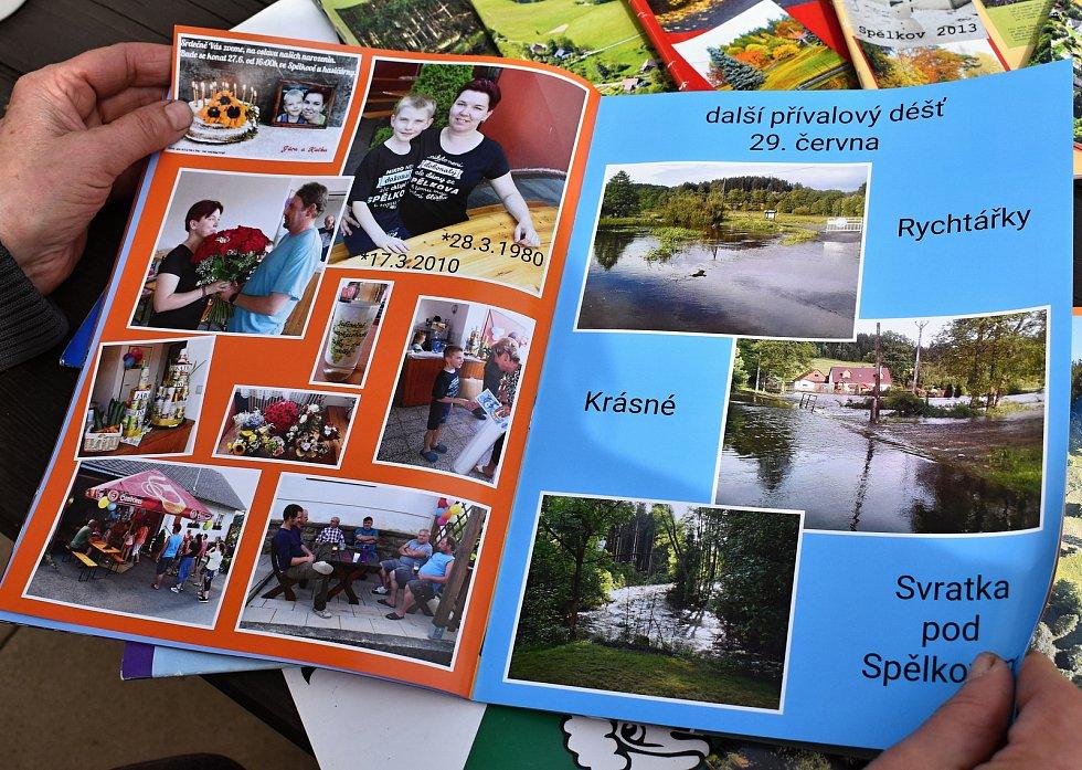 Všechny události, i ty hasičské, mají Spělkovští zaznamenané ve fotoknihách.