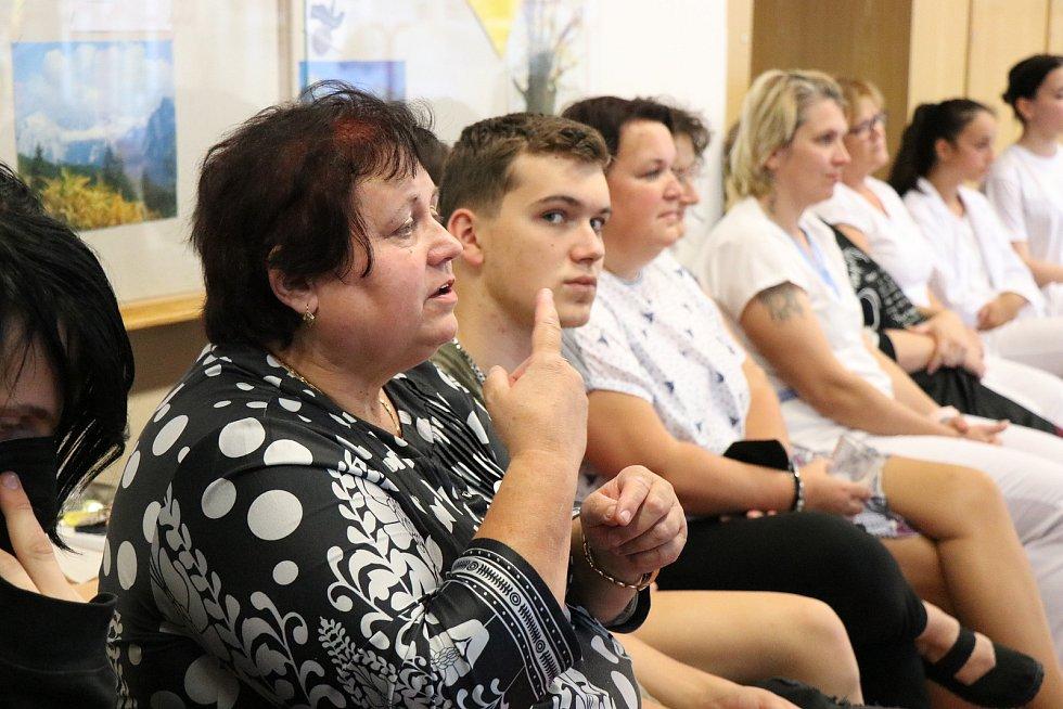 Střední škola obchodní a služeb Žďár nad Sázavou ve spolupráci se Svazem neslyšících a nedoslýchavých osob uspořádala dvě besedy, na kterých se jako hosté představili lidé s tímto handicapem.